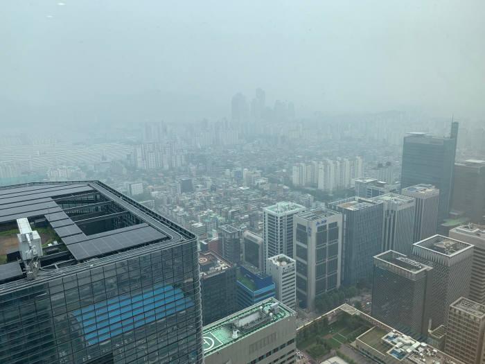 무역협회 트레이드타워 51층에서 바라본 삼성동 모습. 장마 전선의 북상과 미세먼지 등으로 도심이 뿌옇게 보인다.