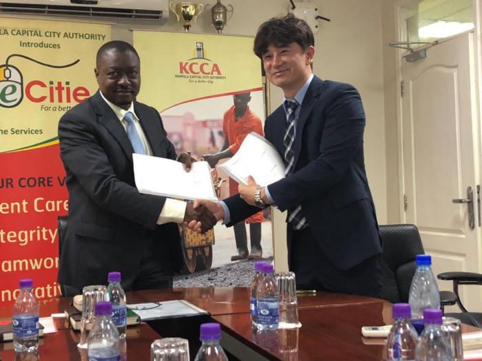 오창용 에스알포스트 대표(오른쪽)가 우간다 캄팔라시장과 협약조인식에서 사진촬영을 하고 있다. 에스알포스트 제공