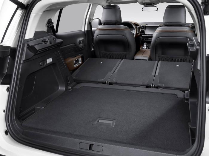 시트로엥 뉴 C5 에어크로스 SUV 트렁크 공간.