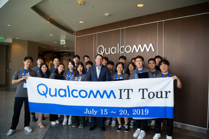 퀄컴 미국 본사에서 열린 2019 퀄컴 IT 투어에서 국내 참가자들과 짐 캐시 퀄컴 글로벌 사업 총괄 사장(맨앞줄 왼쪽 여섯 번째)이 기념촬영했다.