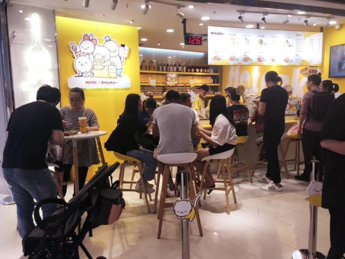 마젤디파인은 중국 핫케이크 브랜드 핫케이크(HOTCAKE)와 밀당 IP를 활용한 계약을 맺었다고 17일 밝혔다. 밀당 캐릭터로 디자인한 핫케이크 광저우 매장. 사진=마젤디파인
