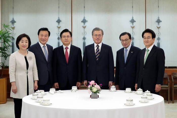 문재인 대통령과 여야 5당 대표 회동이 18일 청와대에서 열렸다.