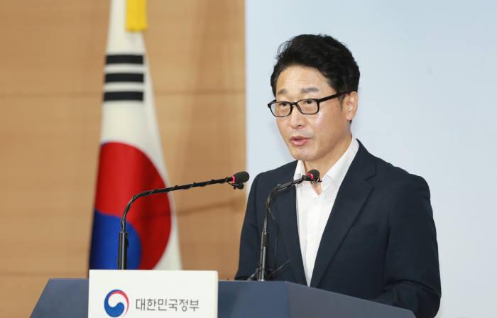 19일 서울 종로구 정부서울청사에서 이호현 산업통상자원부 무역정책관이 일본 수출규제조치와 관련해 기자단에게 브리핑을 하고 있다.