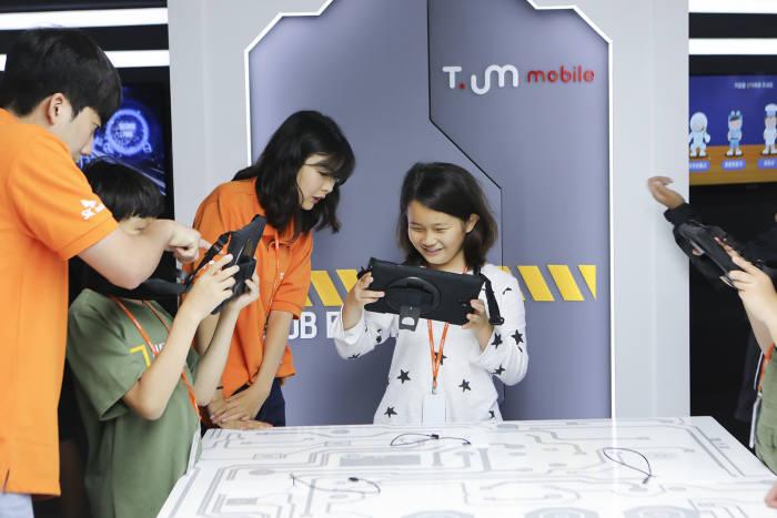 서생초등학교 학생이 미래 직업 연구소에서 증강현실(AR) 등 ICT를 통해 다양한 직업을 체험하고 있다.