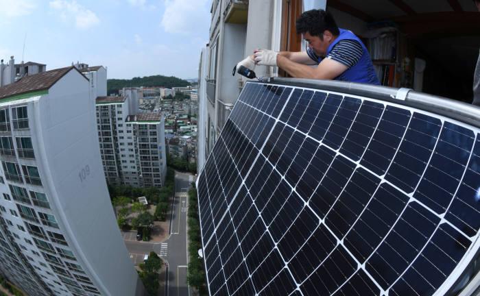 서울 강서구 등촌동 소재 한 아파트단지에서 엔지니어가 태양광을 설치하고 있다. 김동욱기자 gphoto@etnews.com