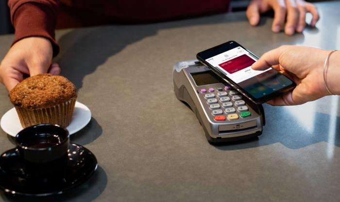 LG전자 스마트폰 결제 앱 LG페이가 최근 미국 시장에 서비스를 시작했다. LG전자 스마트폰 사용 고객이 LG 페이로 물건을 구매하고 있다.