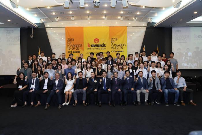 ICT 융합을 토대로 4차산업혁명시대에 걸맞는 인재 양성을 위한 국내 대표 정보문화행사 `2019 ICT어워드코리아가 지난 24일 성공리에 마무리됐다. 행사 개최 관계자와 수상의 영예를 안은 참가자들이 단체 기념촬영했다.