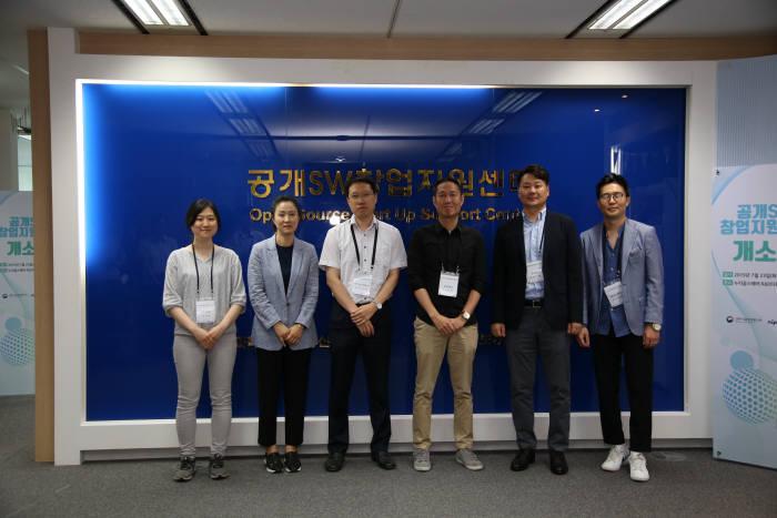 23일 서울 누리꿈스퀘어에서 창업기업, 공개SW 개발자, 창업지원센터, 투자자 등이 참석한 가운데 공개SW 창업지원센터가 개소했다. NIPA 제공