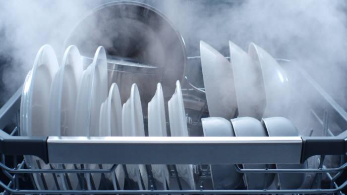 LG전자 디오스 식기세척기가 100도 트루 스팀 기능으로 식기를 살균하고 있다.