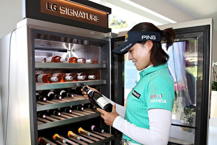 전인지 선수가 LG 시그니처 와인셀러를 체험하고 있다.
