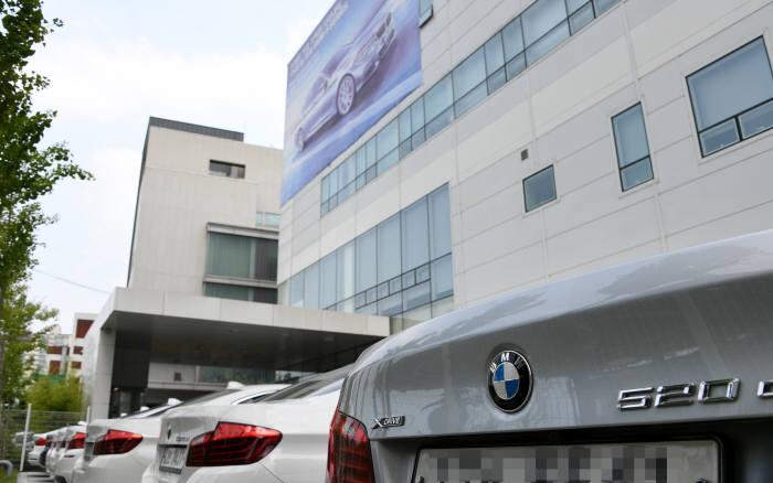 수리를 위해 서비스센터에 대기 중인 BMW 차량. (전자신문 DB)