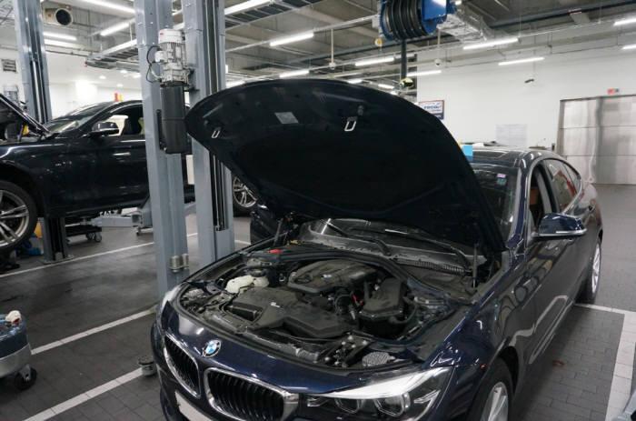 BMW 차량이 공식 서비스센터에서 정비를 받고 있다.