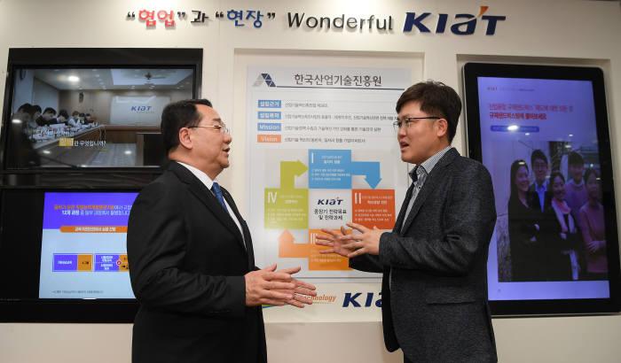 석영철 원장(왼쪽)과 양종석 전자신문 미래산업부장(오른쪽) <사진 이동근 기자>