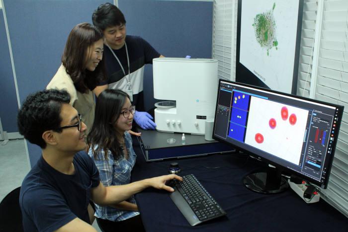 토모큐브 연구진이 현미경 영상을 분석하는 모습.