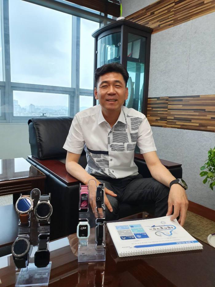 박정권 지니틱스 대표가 자사 터치IC 제품이 탑재된 스마트 워치를 설명하고 있다.