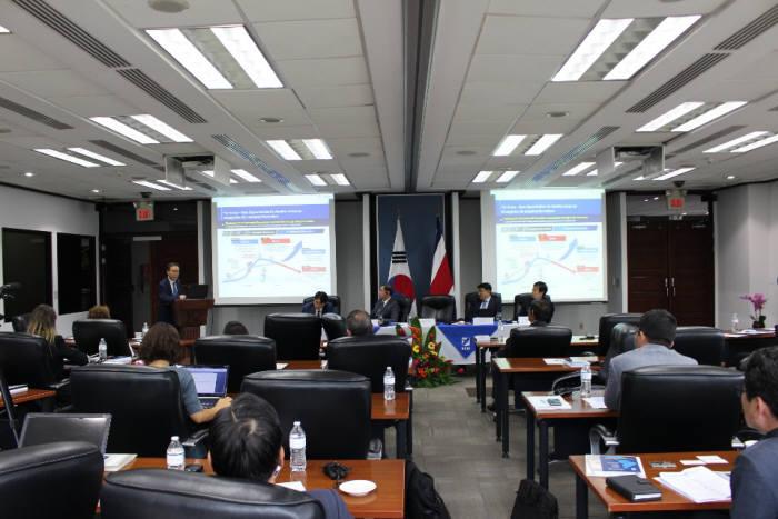 22일(현지시간) 한-중미 미래협력 포럼이 코스타리카 중미경제통합은행(CABEI) 산호세 지부에서 열린 가운데 참석자들이 노규성 생산성본부 회장 강연을 듣고 있다.
