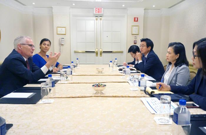 유명희 산업통상자원부 통상교섭본부장(오른쪽 앞에서 두번째)이 24일(현지시간) 워싱턴 DC에서 미국 반도체산업협회(SIA) 등 관련 업계 인사를 만나 일본 수출규제 조치에 대해 설명하고 있다.