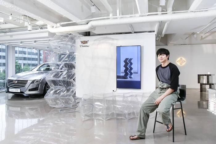 캐딜락이 화가 겸 디자이너 김충재와 협업한 캐딜락 오브제를 캐딜락하우스 서울에 전시한다.