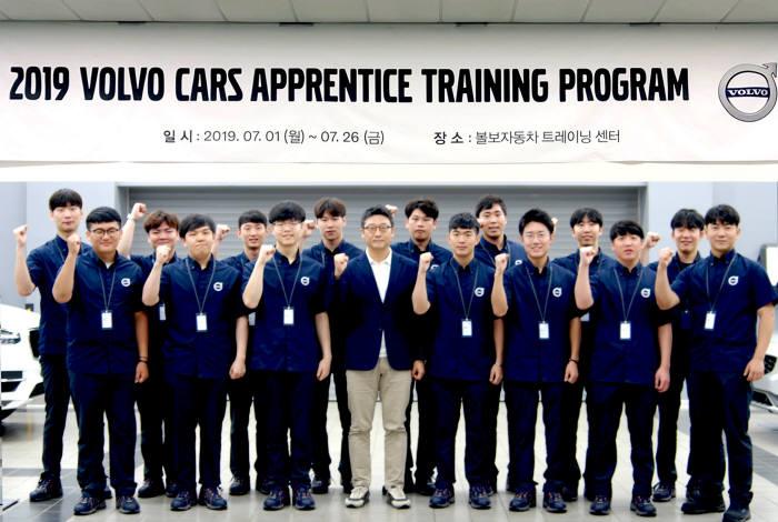 볼보자동차코리아가 어프렌티스 트레이닝 프로그램 2기 수료생 15명을 선발했다.