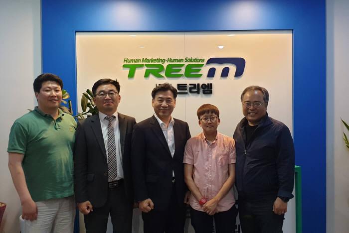 """김동수 트리엠 대표(오른쪽 첫번째)와 조영득 씨와이 대표("""" 네 번째)는 올 4분기 조달ERP 표준서비스를 SaaS 클라우드 방식으로 공급하기로 업무 협약을 맺었다."""