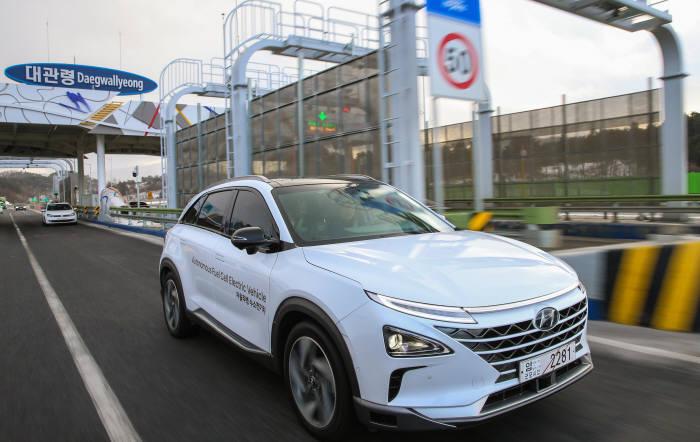 현대자동차 자율주행 테스트 차량이 고속도로 요금소를 통과하고 있다.