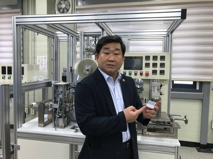 안광선 베스트에너지 대표가 부산광역시 강서구에 위치한 본사에서 자사 리드탭 필름 제품과 생산 설비를 소개하고 있다.