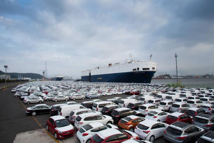 현대자동차 울산공장 인근 수출 선적장 전경.