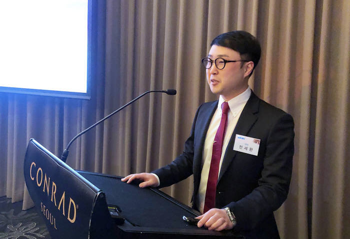 전세환 SNK CEO가 기업설명회를 진행하고 있다