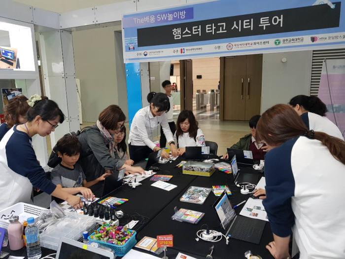 코딩맘스쿨협동조합 강사들의 SW교육 활동 이미지.