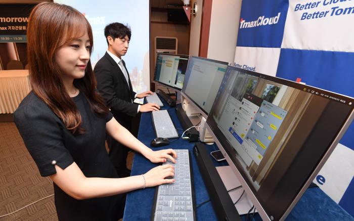 티맥스오에스 관계자가 기업용 티맥스OS에서 PC 카카오톡 사용을 시연하고 있다. 김동욱기자 gphoto@etnews.com