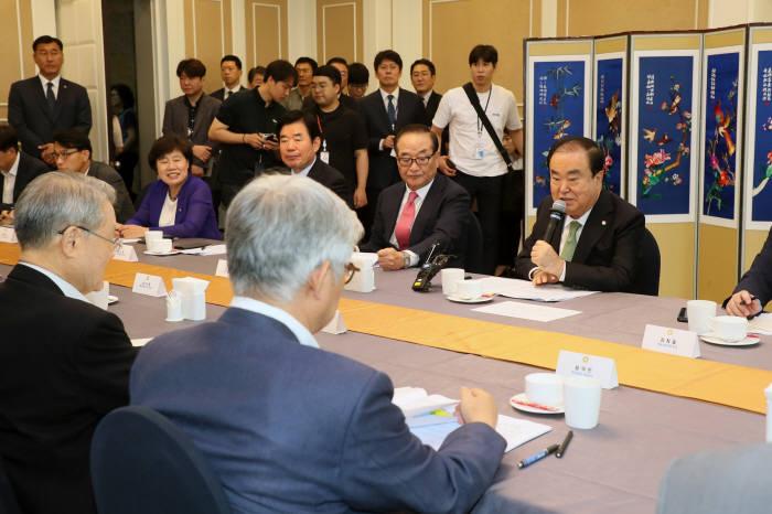 문희상 국회의장이 지난 30일 국회대표단 방일 관련 전문가 간담회 참석한 모습.