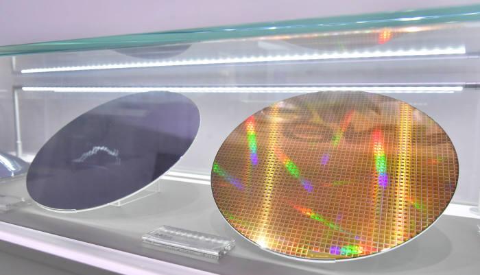삼성전자 서초사옥에 전시된 반도체 웨이퍼.<전자신문 DB>