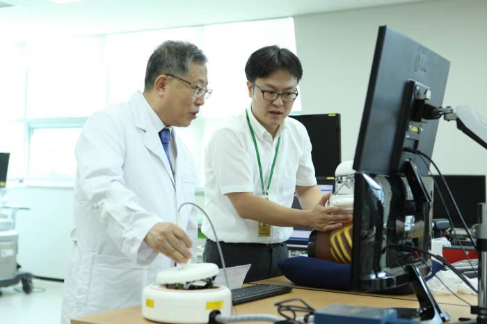 연구팀이 의료영상 진단 로봇 시스템 RADIUS를 시험하고 있다.(사진=기계연)