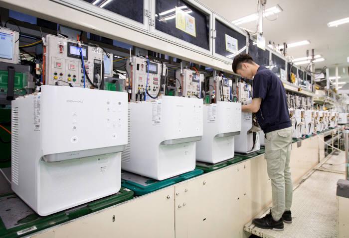 지난 5일 충청남도 공주시에 위치한 웅진코웨이 유구공장 정수기 생산라인에서 직원이 아이스 정수기를 생산하고 있다.