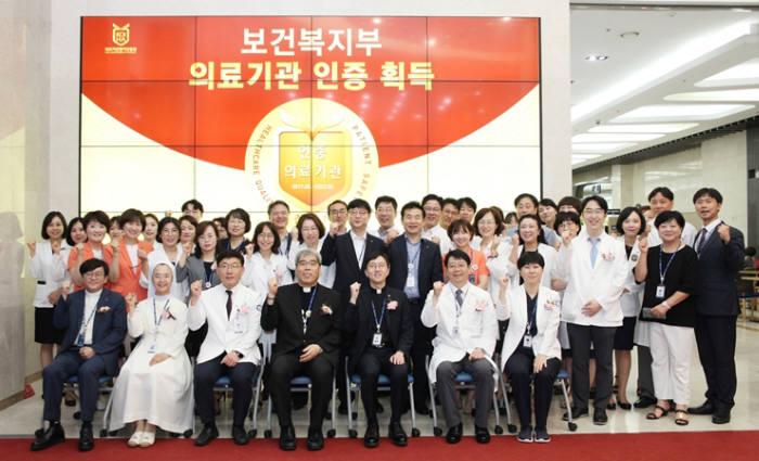 3주기 의료기관 인증 획득 현판식에서 인천성모병원 관계자가 기념촬영했다.