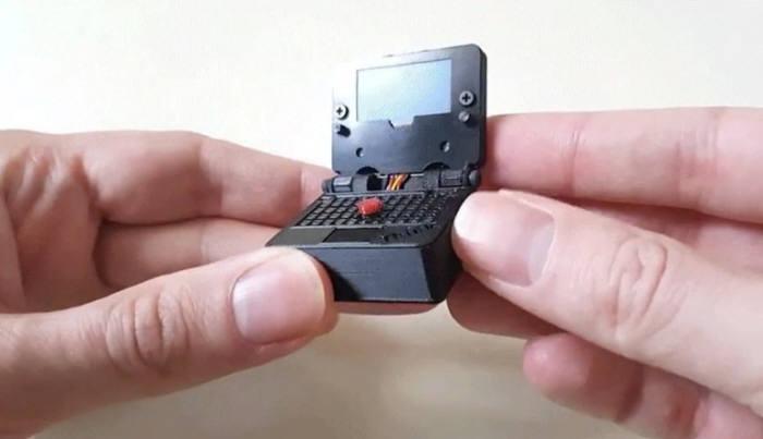 '손가락 두 마디' 세상에서 가장 작은 노트북…게임도 된다