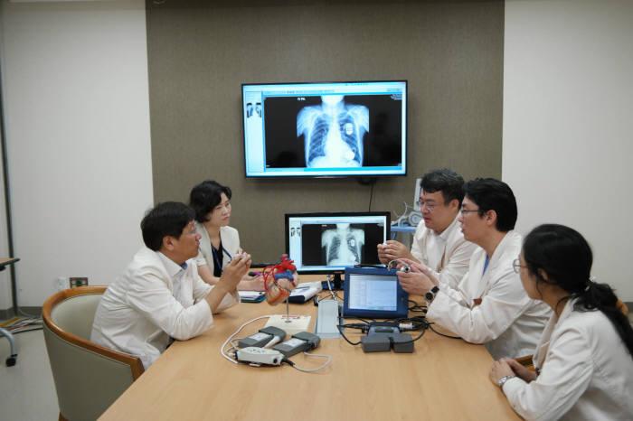 삼성서울병원 심장뇌혈관병원 심부전팀이 인공심장 이식수술에 대해 다학제 회의를 하고 있다.