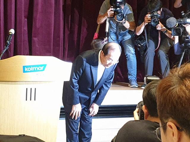 윤동한 한국콜마 회장이 11일 오후 서울 내곡동 한국콜마 종합기술원에서 열린 대국민 사과 기자회견에서 고개를 숙이고 있다.