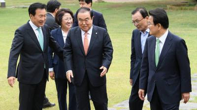 문 의장-5당 대표 '초월회' 회동...초당적 협력? 각론선 이견