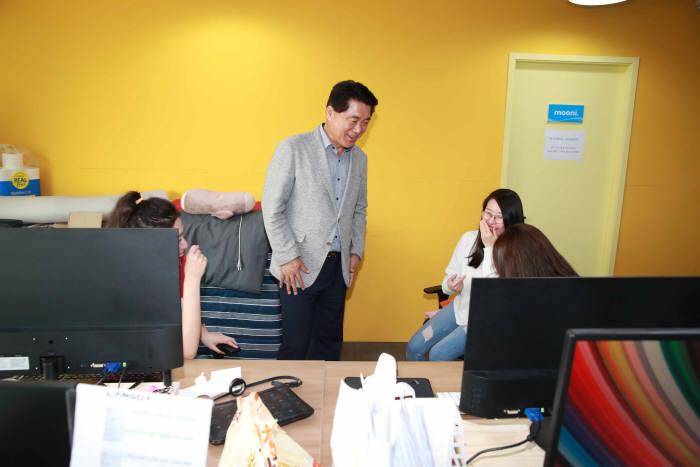 (왼쪽 두번째)박준희 관악구청장이 스타트업 관계자들과 이야기하고 있다.