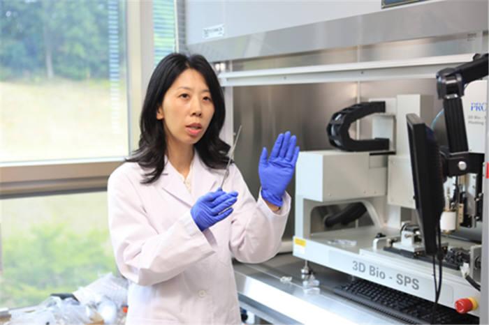 박수아 한국기계연구원 나노자연모사연구실 책임연구원이 차세대 생분해성 폴리머 스텐트 제작과정을 설명하고 있다.