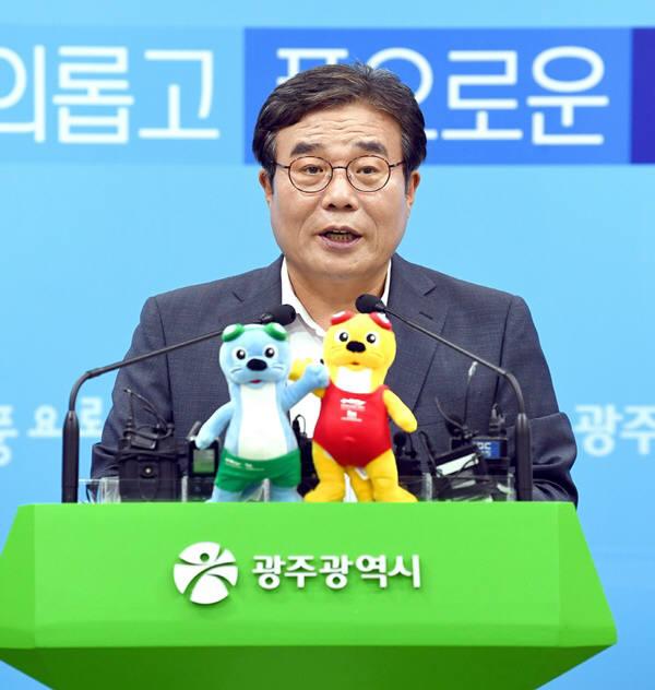 이병훈 광주시 문화경제부시장이 광주형 일자리 자동차공장 합작법인 설립 관련 기자회견을 하고 있다.
