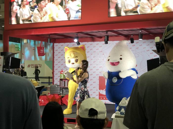 다이아 페스티벌 2019에 마련된 부산 공동관에서 1인 미디어 치치핑핑TV가 콘텐츠를 시연하고 있다.