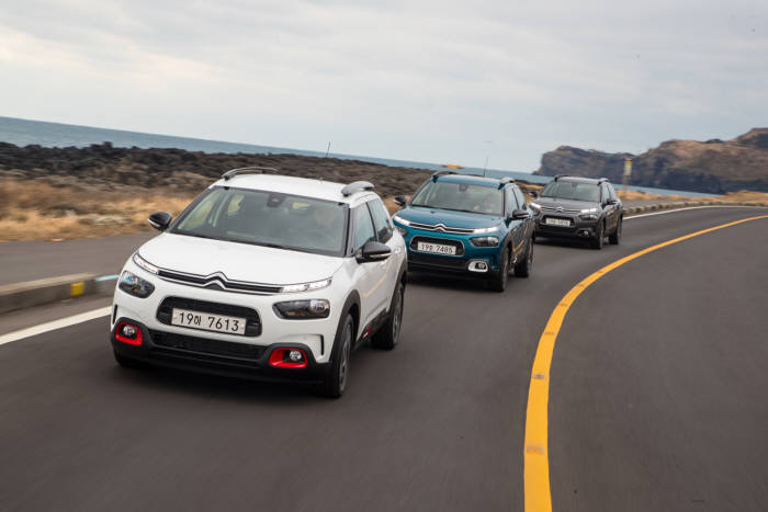 한불모터스가 시트로엥 전 모델 시승과 최대 520만원의 신차 교체 지원금을 제공하는 컴포트 패밀리데이를 진행한다. 시트로엥 C4 칵투스가 도로를 달리고 있다.