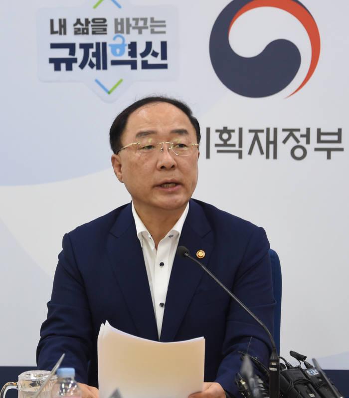 홍남기 경제부총리 겸 기획재정부 장관이 기자간담회에서 발언하고 있다.