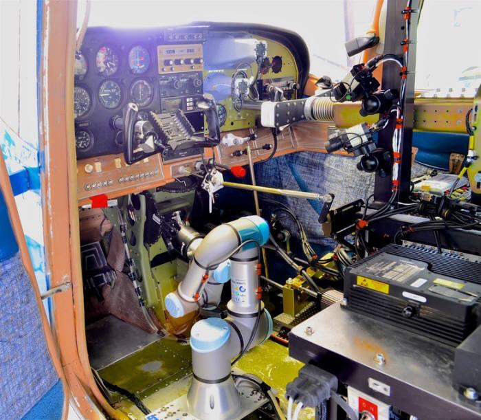 미국 공군 연구소가 개발한 전투기 조종 로봇 로보파일럿. <사진=미국 공군 연구소(The Air Force Research Laboratory)>