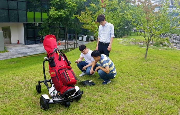 DGIST 미래자동차연구부와 TTNG 연구진들이 DGIST 캠퍼스 내에서 AI기반 자율주행 골프카트 시제품 검증시험을 진행하고 있다