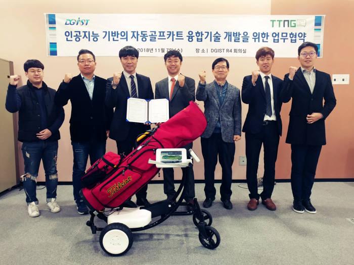DGIST와 TTNG가 인공지능 기반 자동골프카트 융합기술개발을 위한 업무협약을 맺은 모습.
