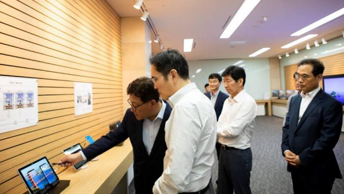 이재용 삼성전자 부회장(왼쪽 두번째)이 26일 충남 아산에 위치한 삼성디스플레이 사업장에서 제품을 살펴보고 있다.