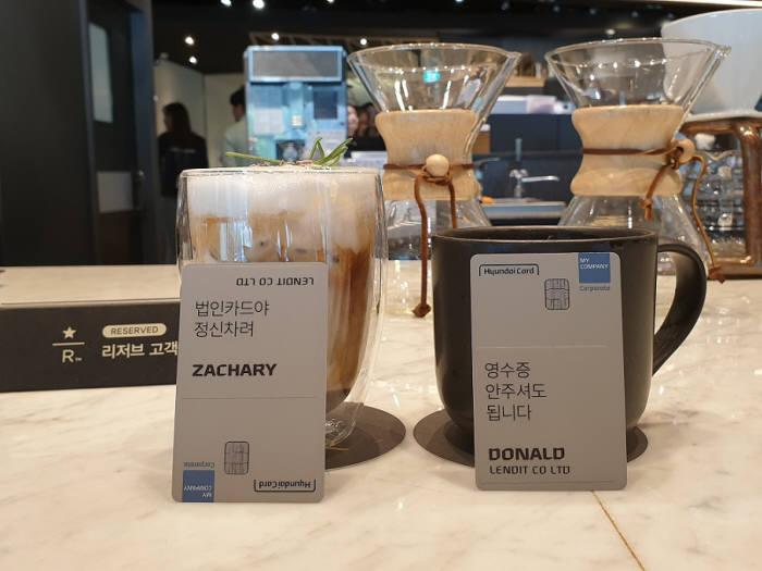 렌딧의 랜덤 커피는 무작위로 뽑은 동료와 커피를 마시며 이야기를 나눌 수 있는 제도다. 전 직원에게 자신의 이름이 새겨진 개인 법인카드도 지급한다.